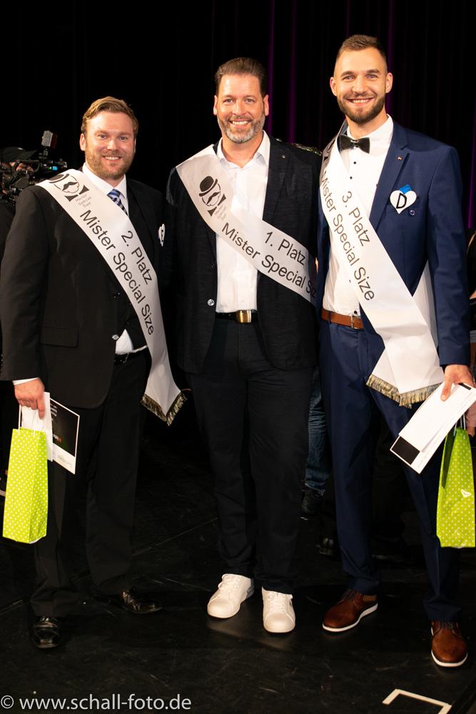 (von link n. rechts): 2. Platz: Mister SPECIAL SIZE Sven Reinders, 1. Platz: Mister Special Size Volker B., 3. Platz: Mister SPECIAL SIZE Josip D.,